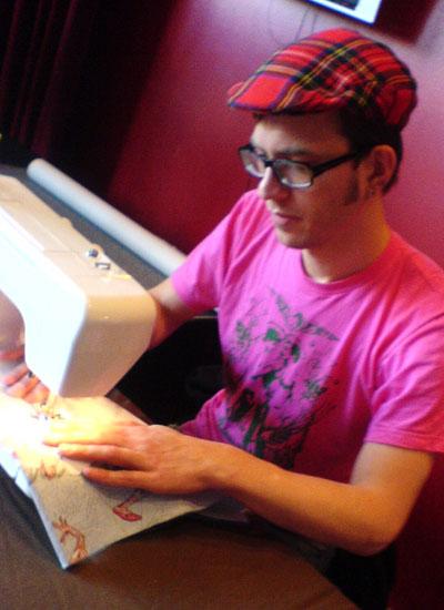 Roland är kung bakom symaskinen