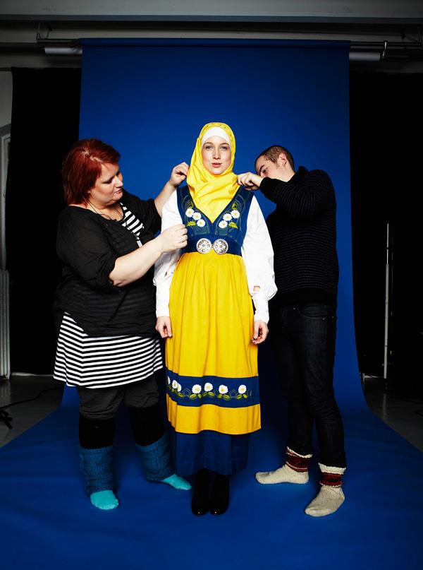 Vi klär på hijaben på moder svea
